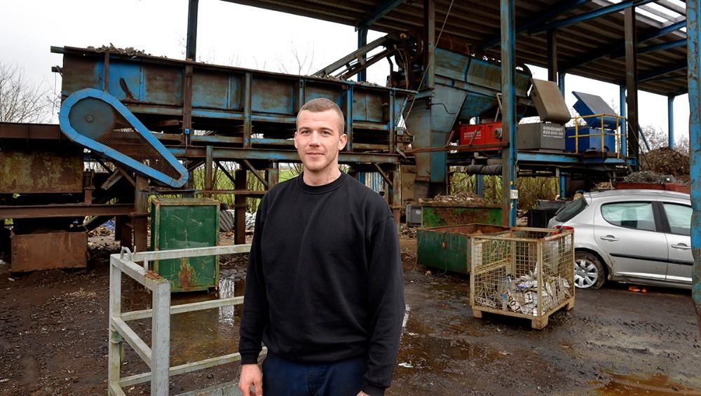 Simon Jensen, daglig leder hos GJP Jern og Metal, foran det store sorteringsanlæg. Foto: Jens Nielsen