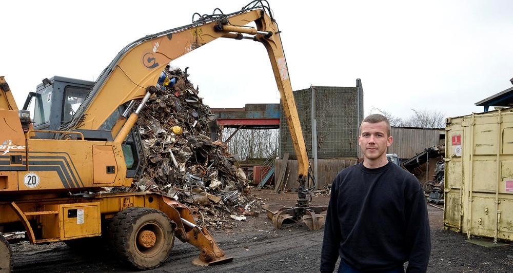 Simon Jensen, daglig leder hos GJP Jern og Metal, foran den store neddeler (den siloformede bygning bagerst) Foto: Jens Nielsen