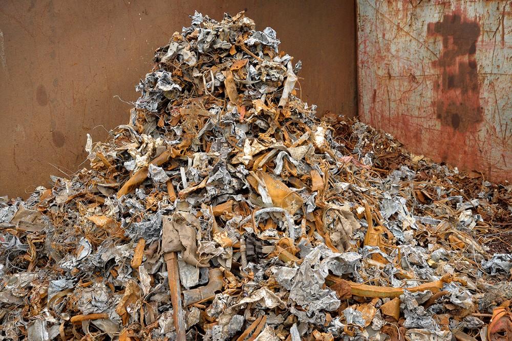 Neddeleren sorterer i rent jern til den ene side, og alt det andet til den anden side. Foto: Jens Nielsen