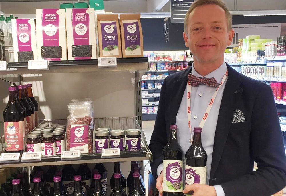 Købmand Peter Egebæk med sotimentet af aroniabær hos Meny Kalundborg. Privatfoto