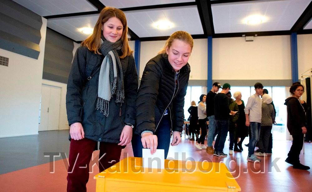 Veninderne Camilla Edling og Jasmin Granell ved stemmeurnen. Foto: Jens Nielsen