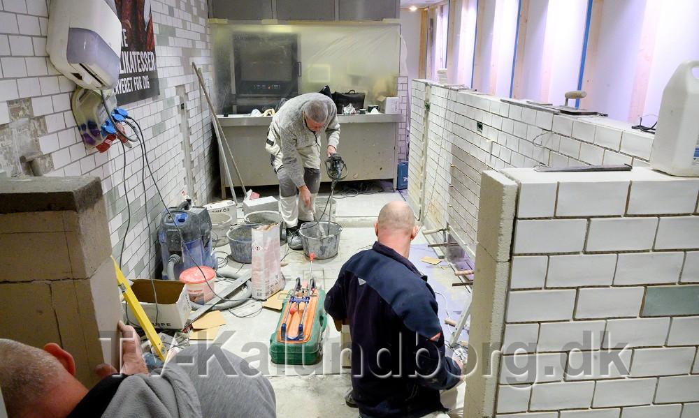 Håndværkerne er godt igang og sidst i næste uge åbner slagter, delikatesse og fiskeafdelingen igen. Foto: Jens Nielsen