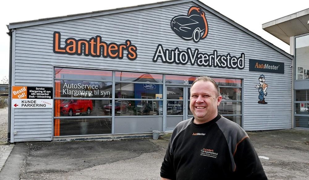Claus Lanther foran sit værksted i Elmegade 36, Kalundborg. Foto: Jens Nielsen