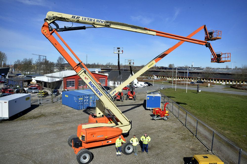 En del af medarbejderne hos Ramirent i Kalundborg med liften der rækker hele 40 meter op i luften. Foto: Jens Nielsen