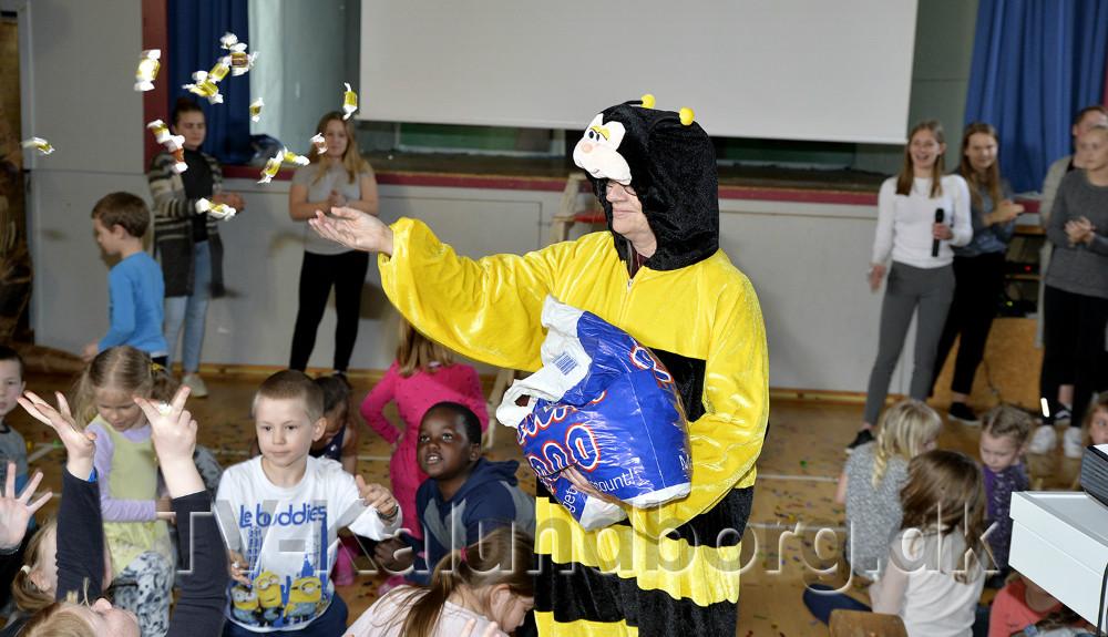 Der var flødekarameller til alle som der skal være på en sidste skoledag. Foto: Jens Nielsen