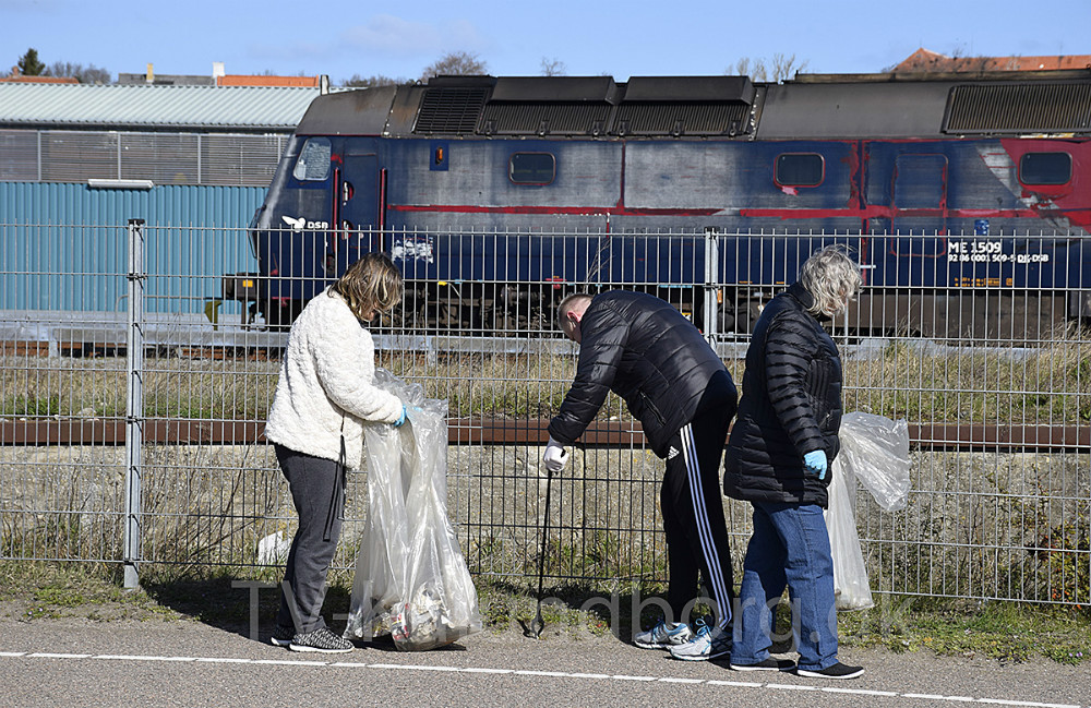 I dag er den officielle 'skraldeindsamlingsdag' i hele landet, og Danmarks Naturfredningsforening (DN) samler skrald igen i år. Rigtig mange lokale frivillige har meldt sig til at samle skrald, og der har været rigeligt at gå i gang med.Foto: Gitte Korsgaard.