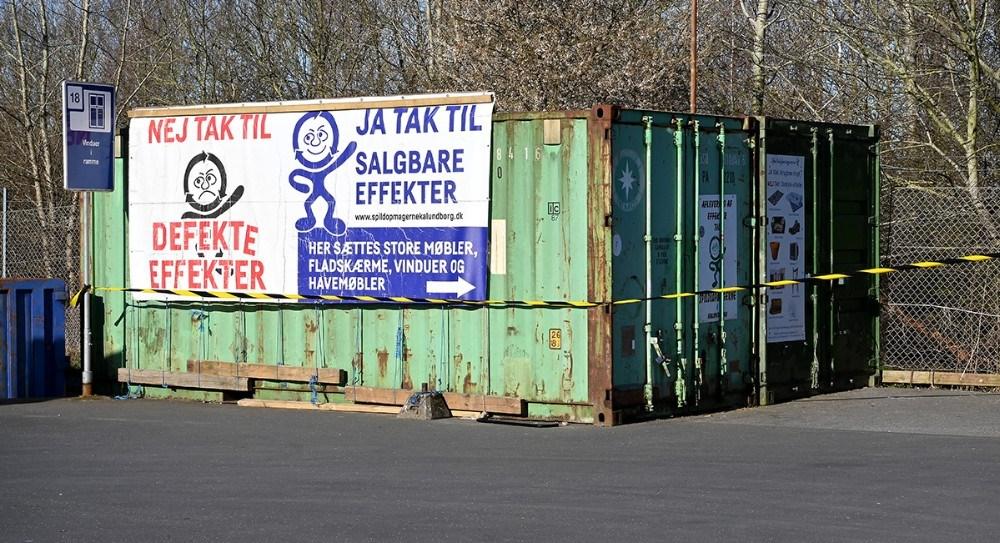 Spildopmagernes to containere er dog stadig lukket, derfor opfordres folk til at gemme deres genbrugseffekter, og først aflevere dem på et senere tidspunkt når landet lukker op igen. Foto: Jens Nielsen