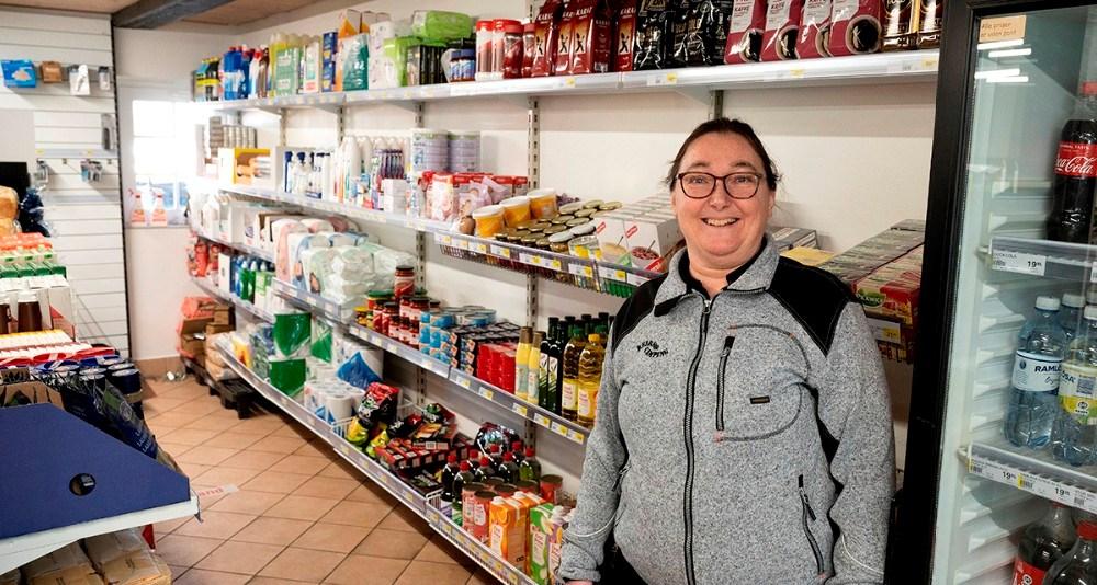 Anette Rasmussen i den nye købmandsbutik på Reersø Camping. Foto: Jens Nielsen
