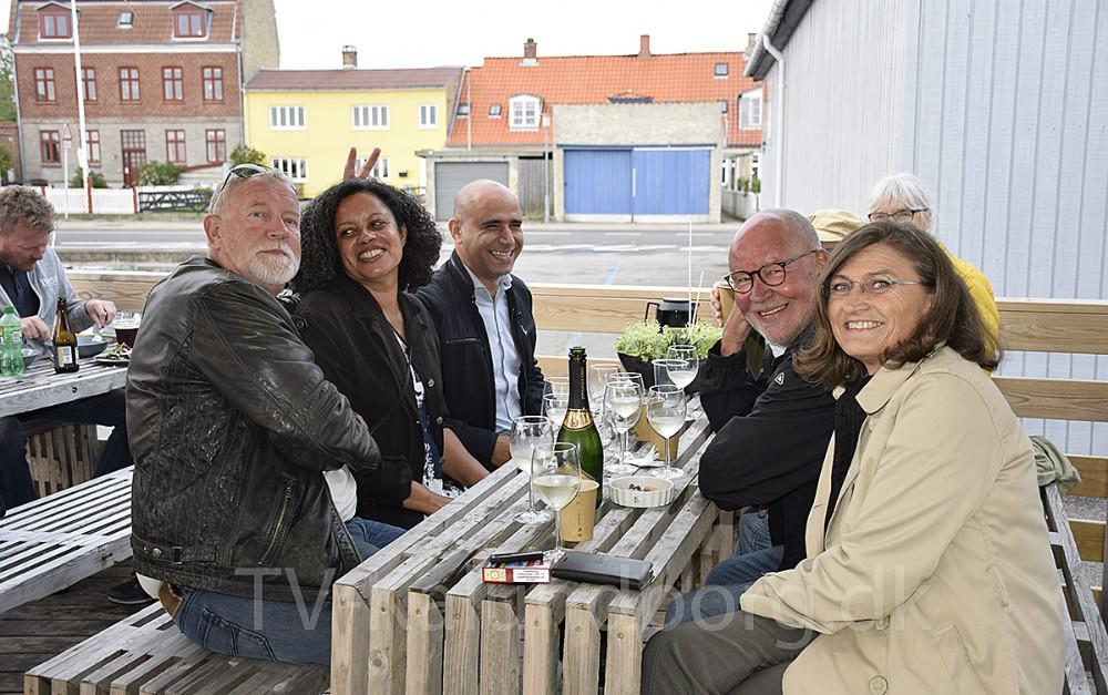 Der blev hygget fredag aften på caféen hos Asgers Fisk. Foto: Gitte Korsgaard.