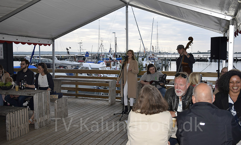 Jazz hos Asgers Fisk fredag aften, hvor han åbnede caféen for sæsonen. Foto: Gitte Korsgaard.