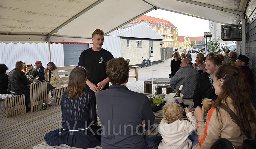 Der blev hygget fredag aften på caféen hos Asgers Fisk, og Asger Øgelund, der ejer caféen sludrede med gæsterne. Foto: Gitte Korsgaard.