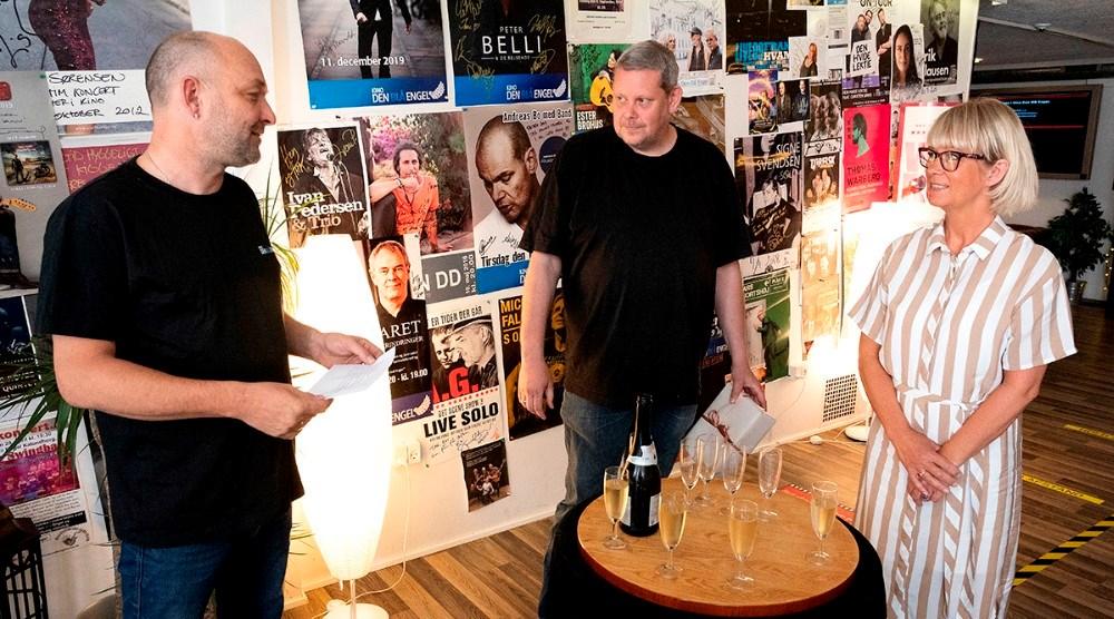 Bestyrelsen for Vores Kalundborg takkede Anita Winther for det store arbejde, fra venstre, Brian Sønder Andersen, Glenn Swärd og Anita Winther. Foto: Jens Nielsen