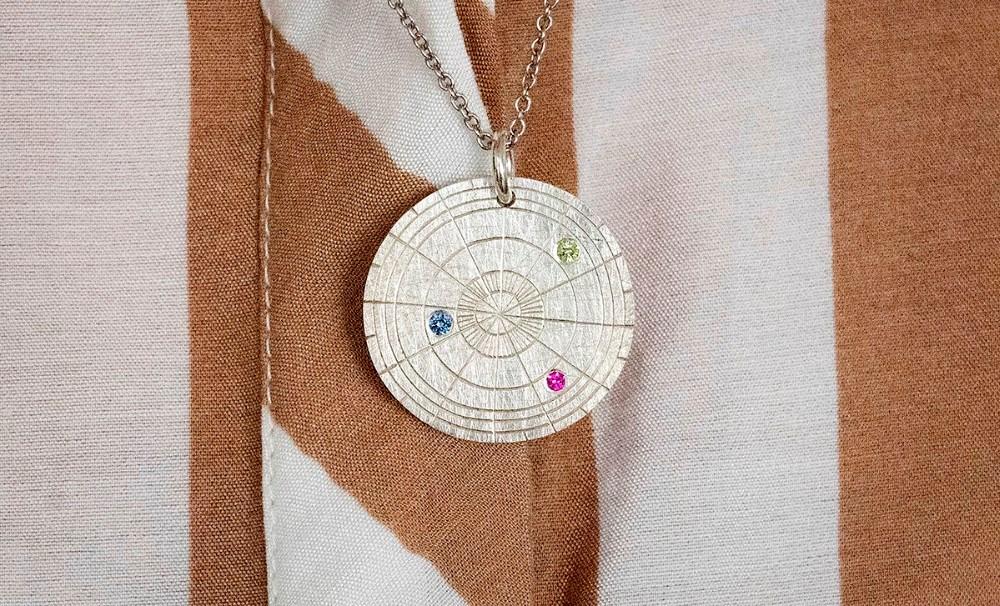 Anita Winther fik et årshjul af aktivitetsudvalget, udformet som et smykke af guldsmed Glenn Swärd. Foto: Jens Nielsen