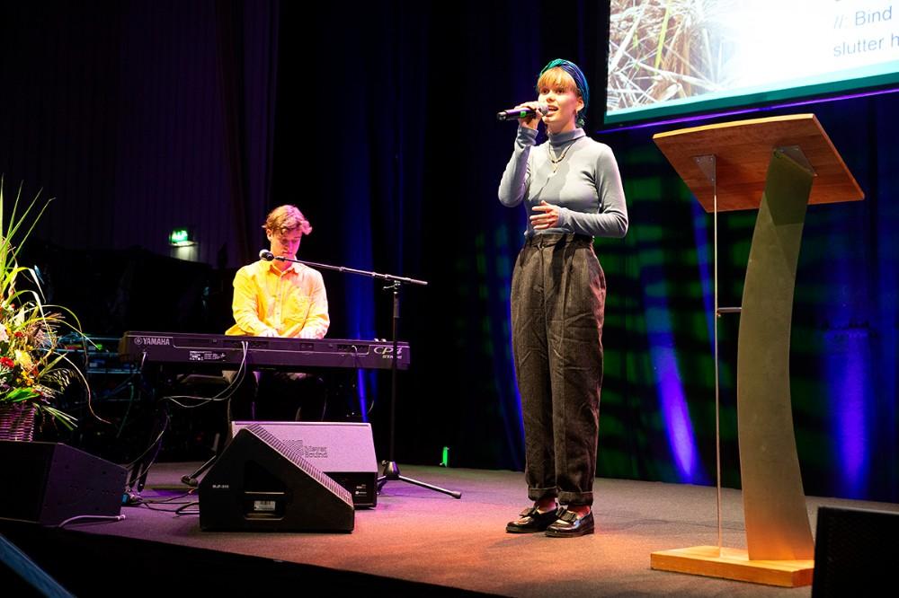 Lokale Agnes og Oscar stod for fællessangen. Foto: Jens Nielsen