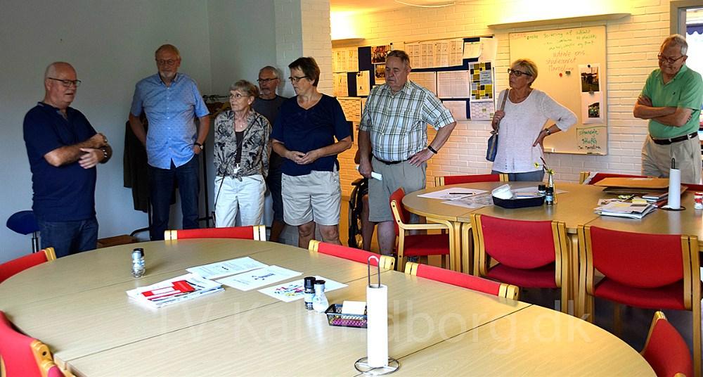 Svebølle Lokalråd fortæller om idéerne for det tidligere rådhus i Svebølle, og viser de fremmødte borgere rundt påejendommen. Foto: Gitte Korsgaard.