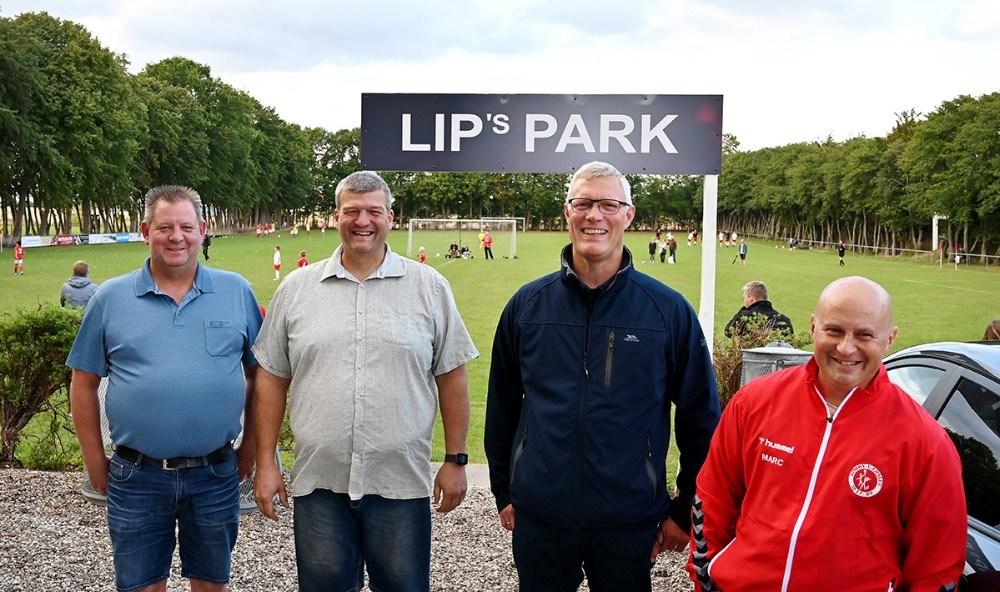 Fra venstre, Lars Larsen, Lip´s Autoteknik, Bo Gormsen, hovedformand Rørby/Værslev IF, Thomas Djernis, fodboldformand og Marc Duncan, fodboldtræner. Foto: Jens Nielsen