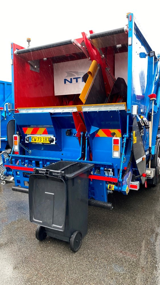 Når skraldespanden tømmes, så fordeles affaldet i to kamre. Foto: Jens Nielsen