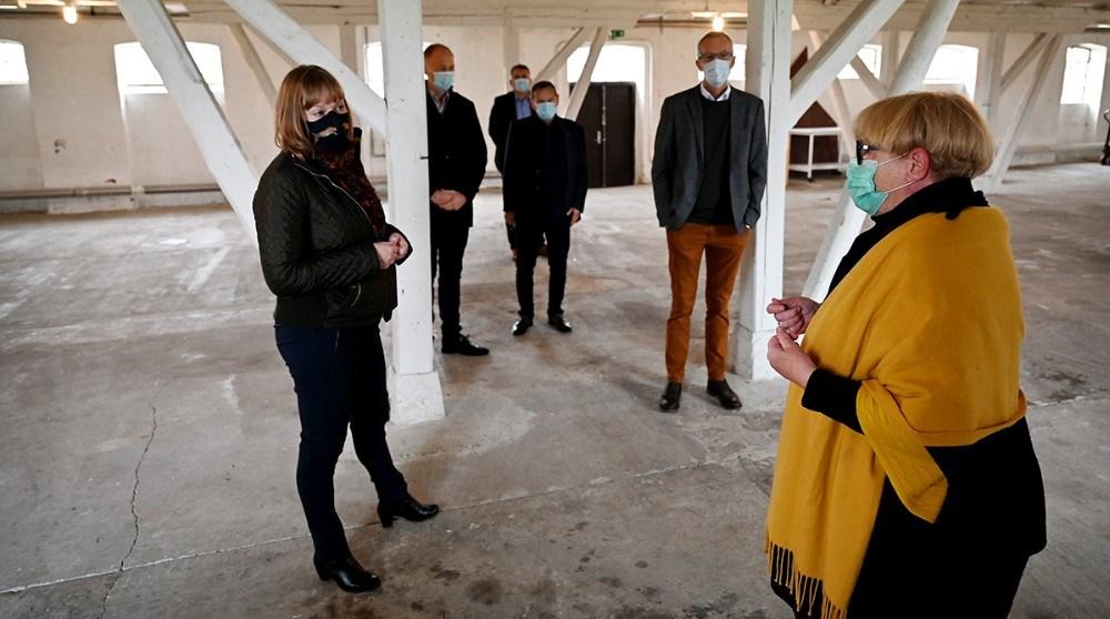 Susanne Weihe som har fået ideen til etH. C. Andersen Art Center på Lerchenborg, viste kulturminister Joy Mogensen rundt i lokalerne. Foto: Jens Nielsen