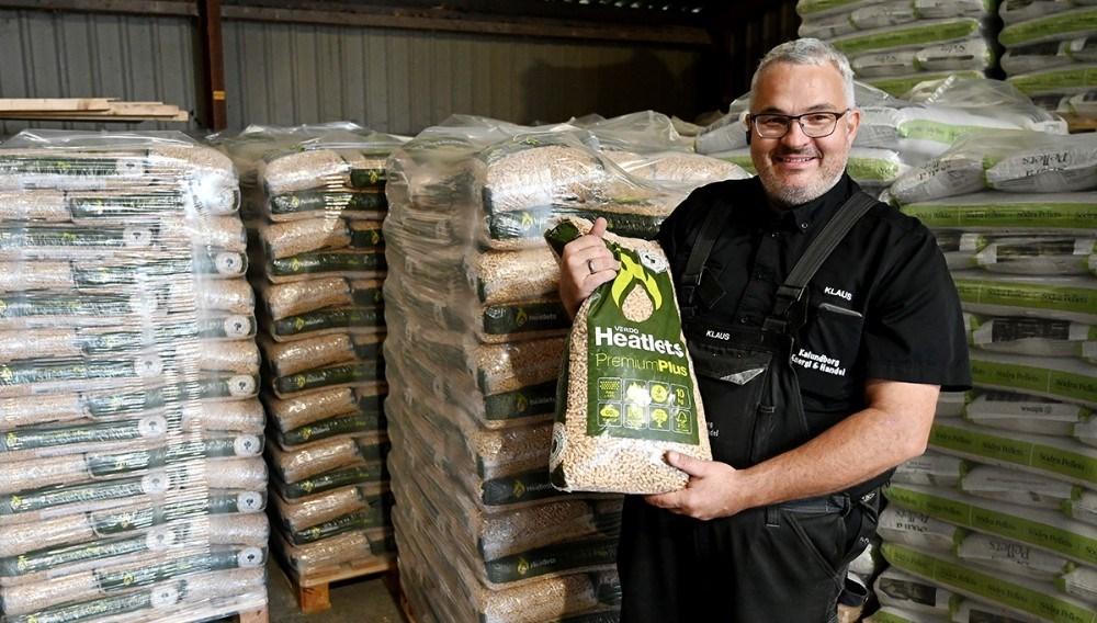 Klaus Mourits Erck Nielsen, indehaver af Kalundborg Energi og Handel, har de CO2 neutrale træpiller på lager. Foto: Jens Nielsen