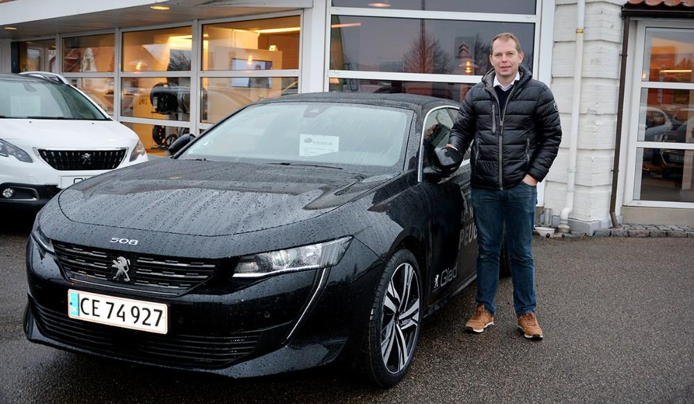 Salgskonsulent Brian OLsen er klar til at vise den nye Peugeot 508 frem til Nytårskuren. Privatfoto